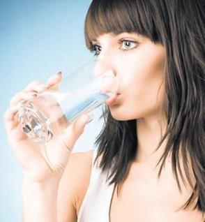 drinking-water-full_Dieta app - pirun-asperin-keshilla-studime-shqip-bukuri