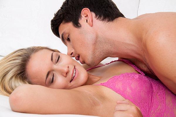 gabime-krevat-femra-meshkuj-seks-keshilla-couple-in-bed1